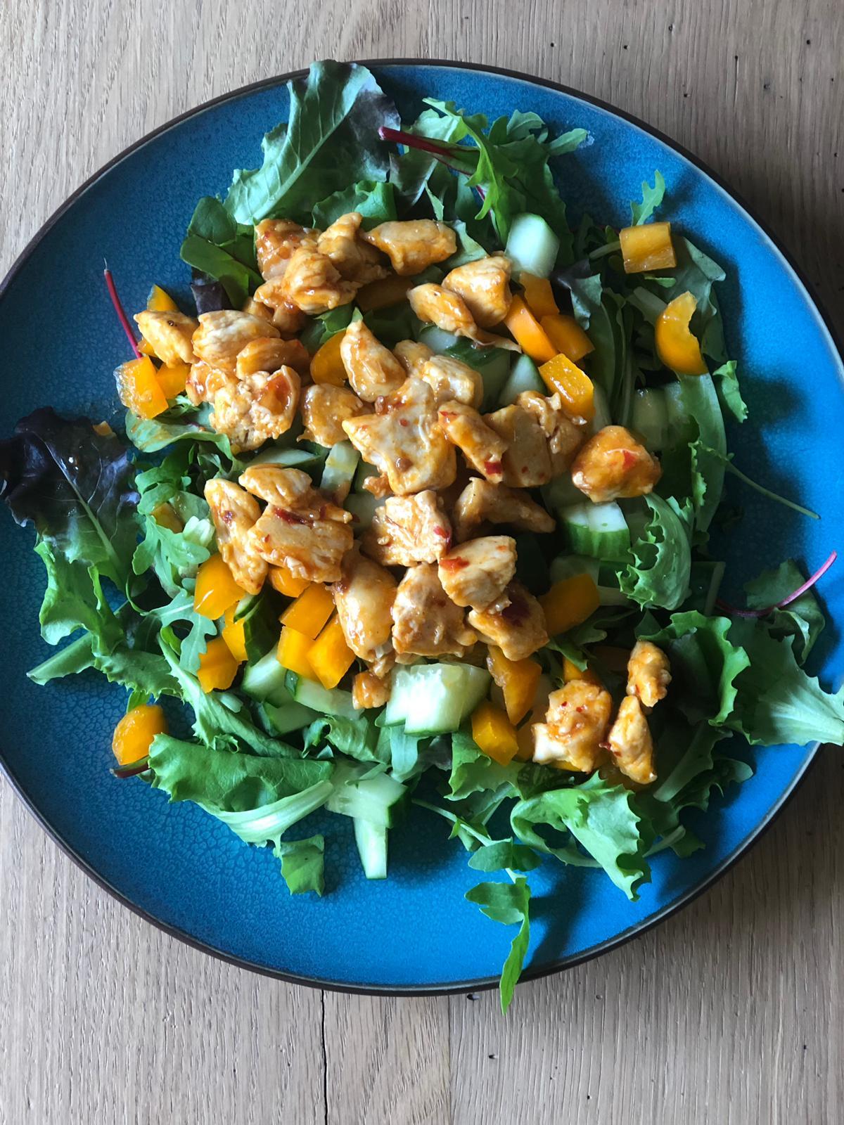Salade met sweet chili kip
