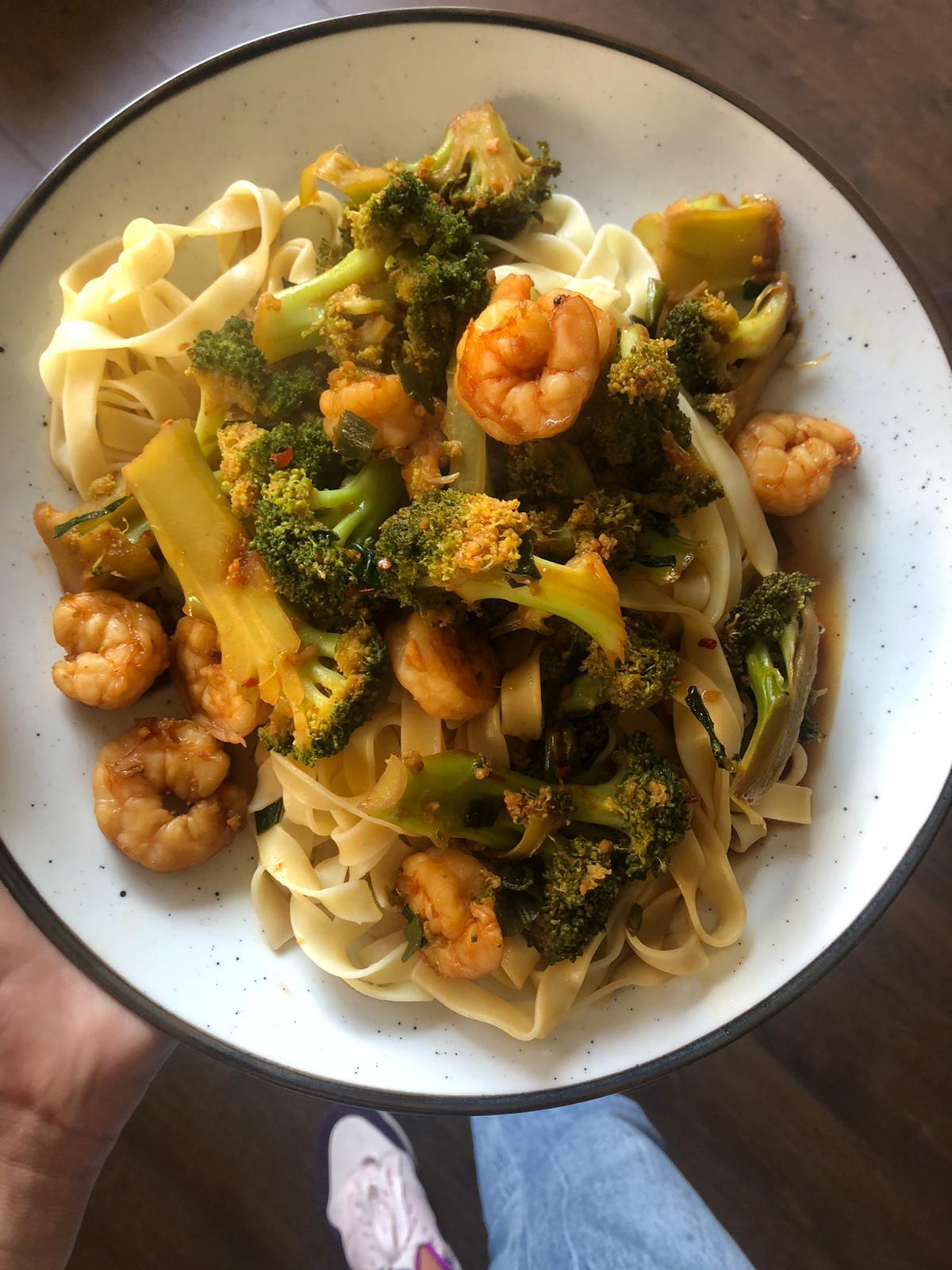 Mie met wokgarnalen, broccoli en ketjap